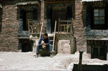 Rupert_Wolfe_Murray_in_Gyantse_Tibet_1987_by Ulrike Zimmermann